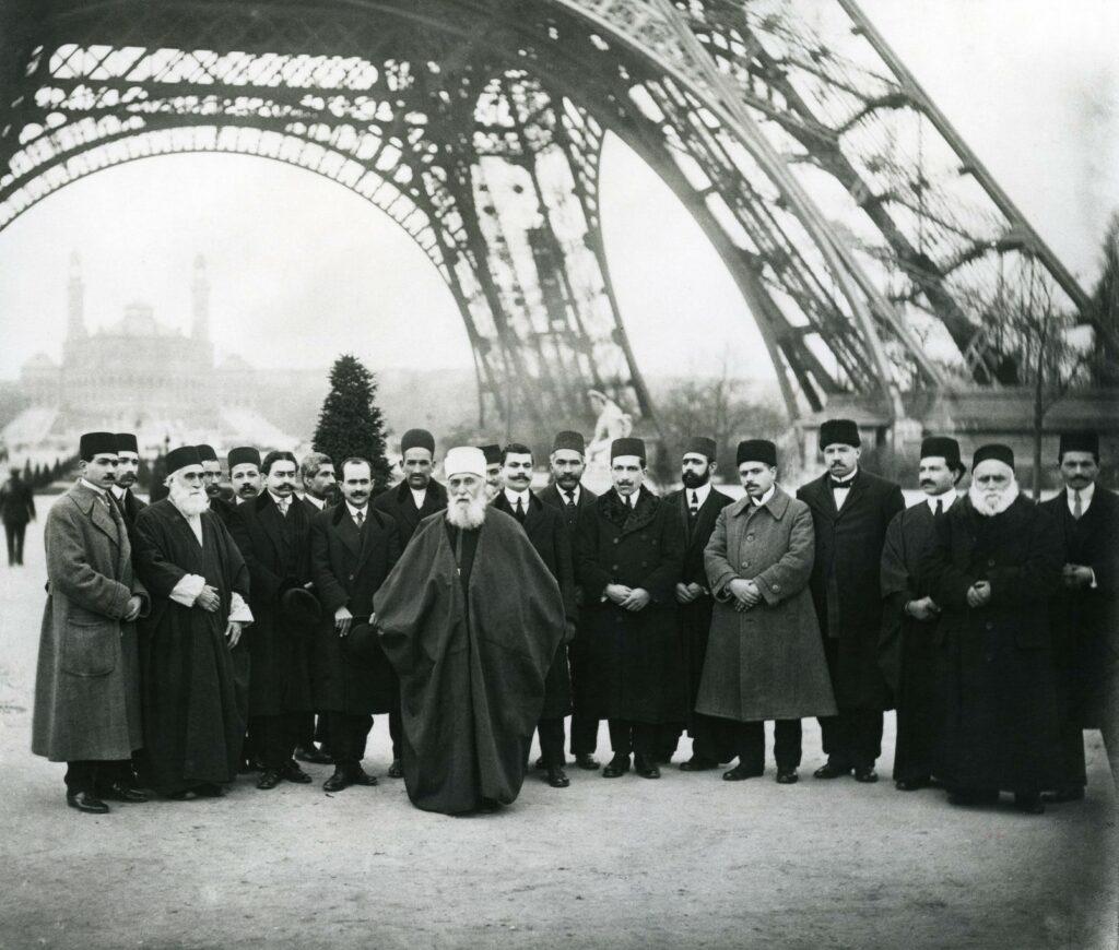 (1913年1月,阿博都—巴哈與一群巴哈伊朋友在法國巴黎艾菲爾鐡塔底下)